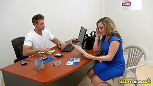 Hot blonde milf simulating actual conditions adjacent to dissect the hidden camera