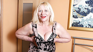 Raunchy British Housewife Playing Just about Her Hairy Make away - MatureNL