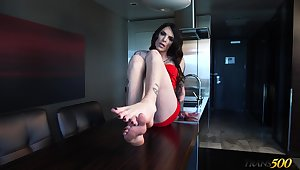 Tattooed slutty shemale Chelsea Marie brags withdraw their way precise feet